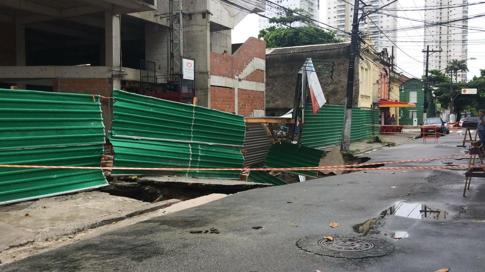 Aslfalto cedeu na rua Paraná, em frente a um prédio em obras, em Santos — Foto: Adriana Cutino/G1