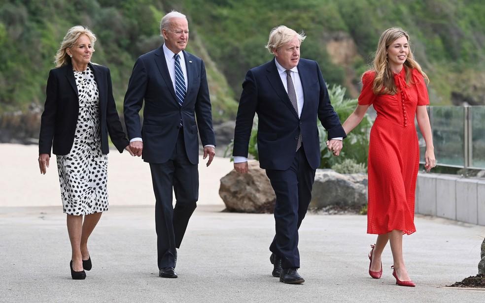 O presidente dos EUA, Joe Biden, e a primeira-dama, Jill Biden, caminham ao lado do primeiro-ministro britânico, Boris Johnson, e sua mulher, Carrie Johnson, em Carbys Bay, na Cornualha, na véspera da abertura do encontro do G7, na quinta-feira (10) — Foto: Toby Melville/Pool Photo via AP