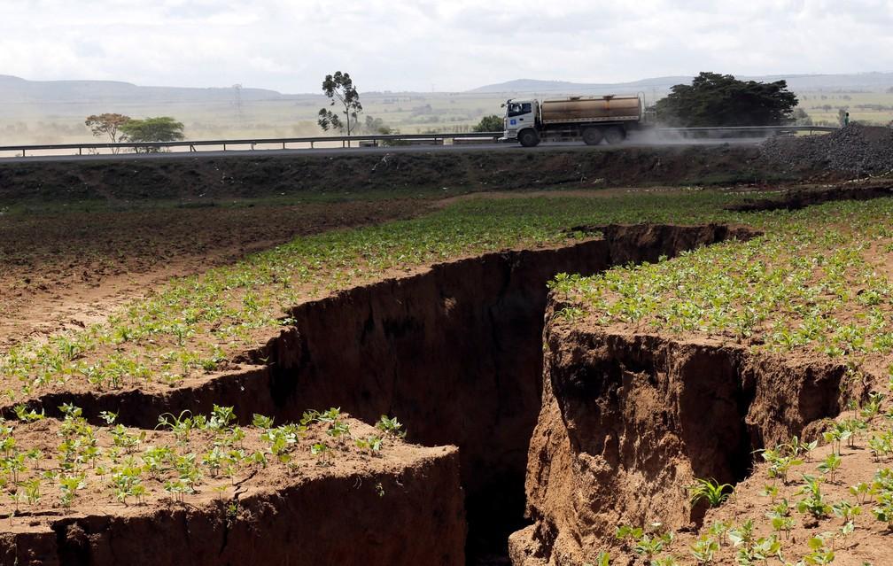 A estrada que liga as cidades quenianas de Narok e Nairobi foi atravessada pela fenda que se abriu no mês passado no sudoeste do país (Foto: Thomas Mukoya/Reuters)