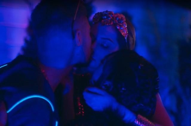 Ana Hikari, Rafael Vitti e Sophia Abrahão dão beijo triplo em cena de 'As five' (Foto: Reprodução)