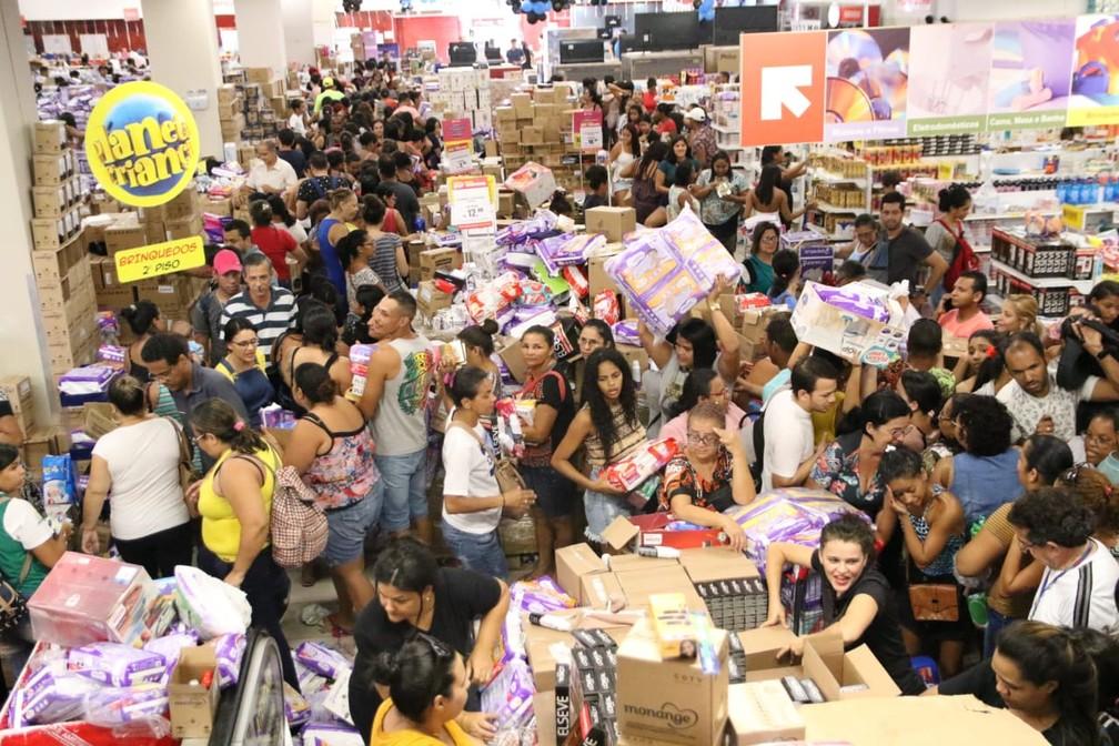 Fila para comprar produtos na Lojas Americanas, na Boa Vista, área central do Recife, deu voltas nos corredores do estabelecimento — Foto: Marlon Costa/Pernambuco Press