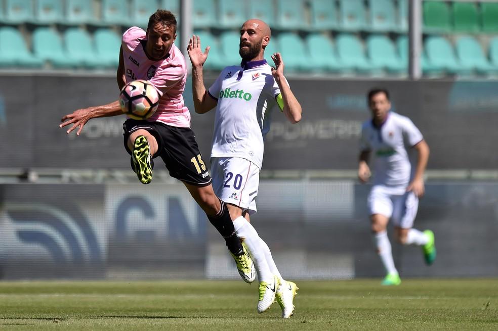Zagueiro afasta o perigo em um jogo contra a Fiorentina (Foto: Tullio M. Puglia/Getty Images)