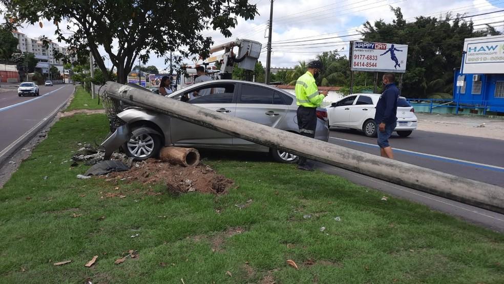Poste atingiu carro em acidente em Manaus — Foto: Meike Farias/Rede Amazônica