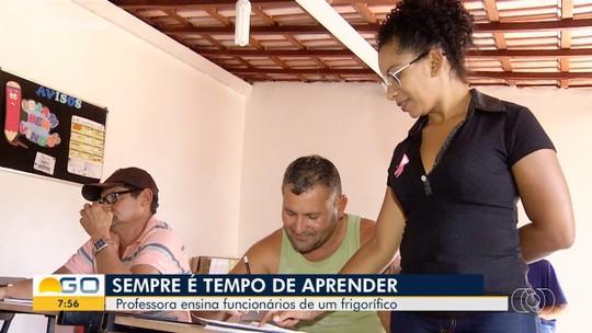 Professora monta projeto para alfabetizar funcionários de frigorífico em Novo Gama