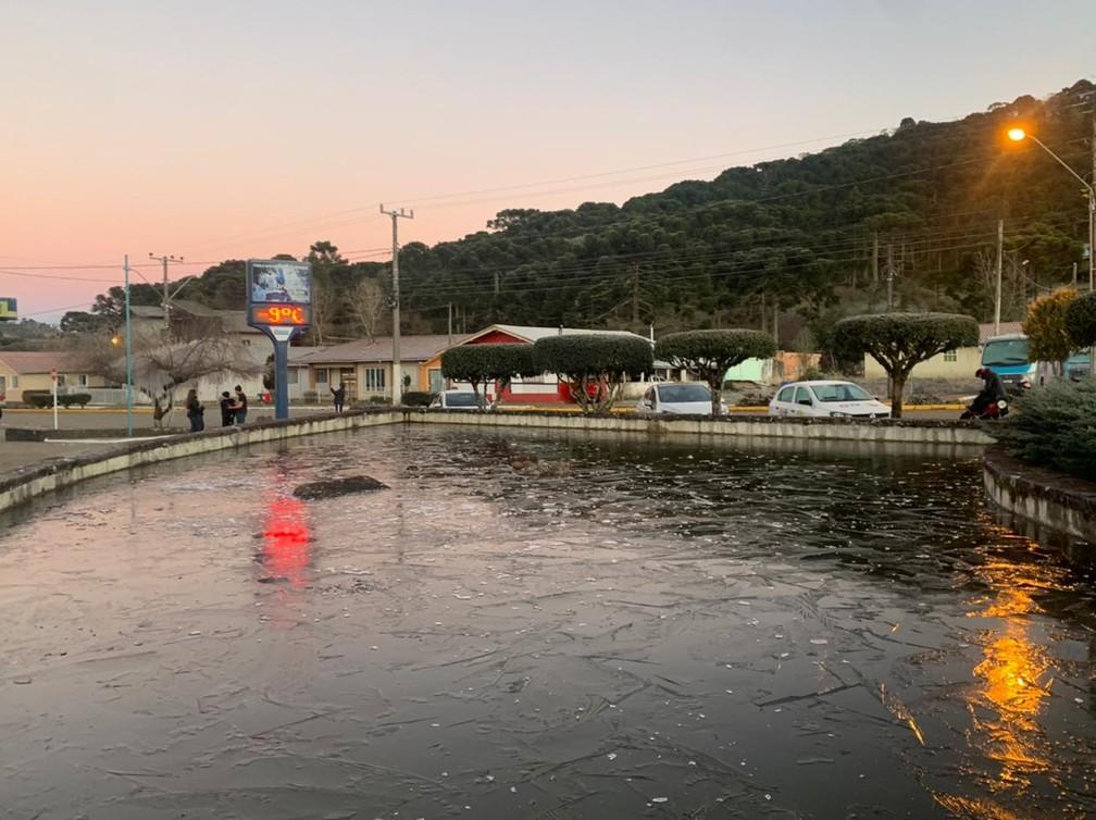 Lago na praça de Urupema, na Serra, congela por conta do frio nesta sexta-feira (30) — Foto: Douglas Márcio/NSC TV