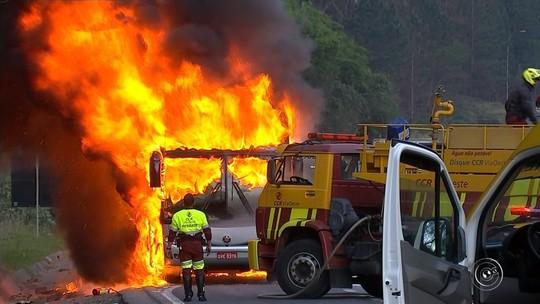 Passageiros perdem compras após incêndio: 'Só deu tempo de descer do ônibus'
