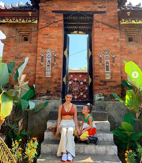 A socialite Kourtney Kardashian durante sua visita a Bali com a filha (Foto: Instagram)