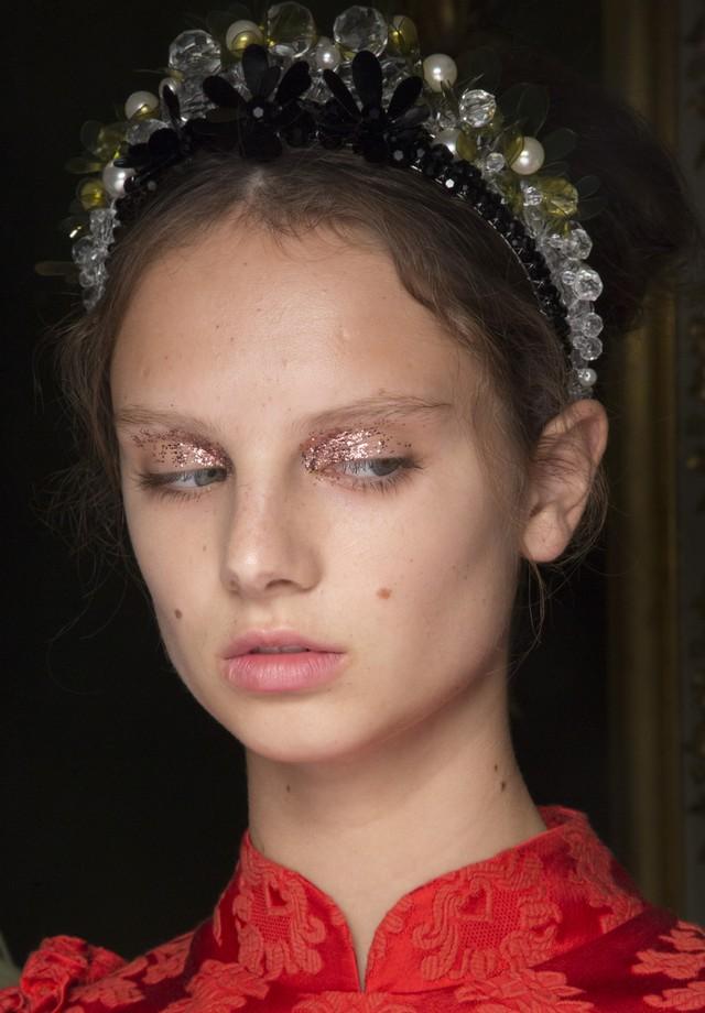 Para quem prefere o glitter em proposta mais discreta, os olhos delicados de Simone Rocha no verão 2019 podem ser o complemento perfeito para fantasias mais elaboradas. (Foto: Imaxtree)