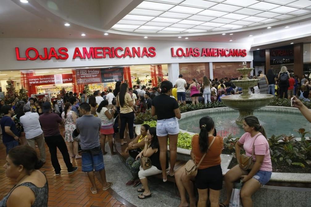 Consumidores de Fortaleza se reuniram na frente de uma loja de shopping para aguardar a abertura do local, por volta de meia-noite, em busca das ofertas da Black Friday.  — Foto: Kid Júnior/SVM