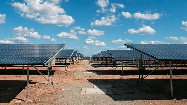 Tauá, pertencente  à MPX , de Eike Batista,  é a única usina solar  em operação comercial no Brasil. Produz  1 MW e deve dobrar  a potência em 2012.  Há planos de atingir  50 MW no longo prazo  (Foto: Folhapress)