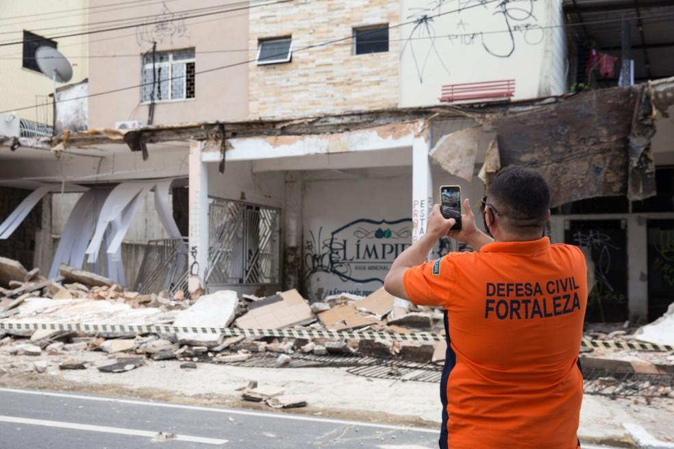 Técnicos da Defesa Civil farão vistoria em prédio onde fachada desabou e imóveis do entorno. — Foto: Fabiane de Paula/ SVM