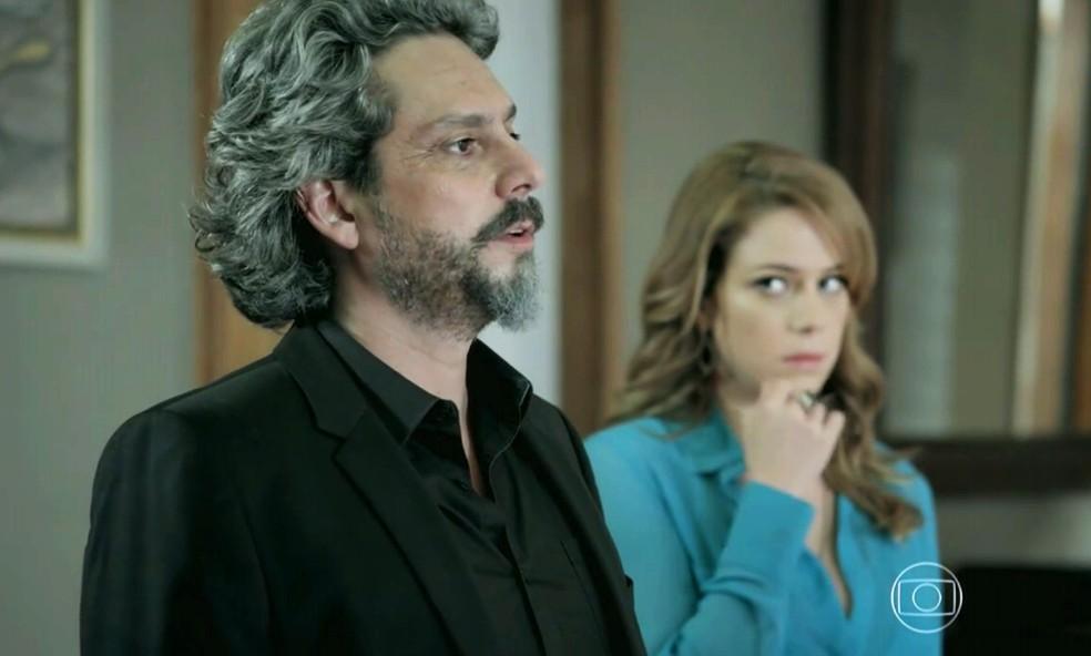 José Alfredo (Alexandre Nero) manda a família não se meter no seu assunto com Cristina (Leandra Leal) - 'Império' — Foto: Globo