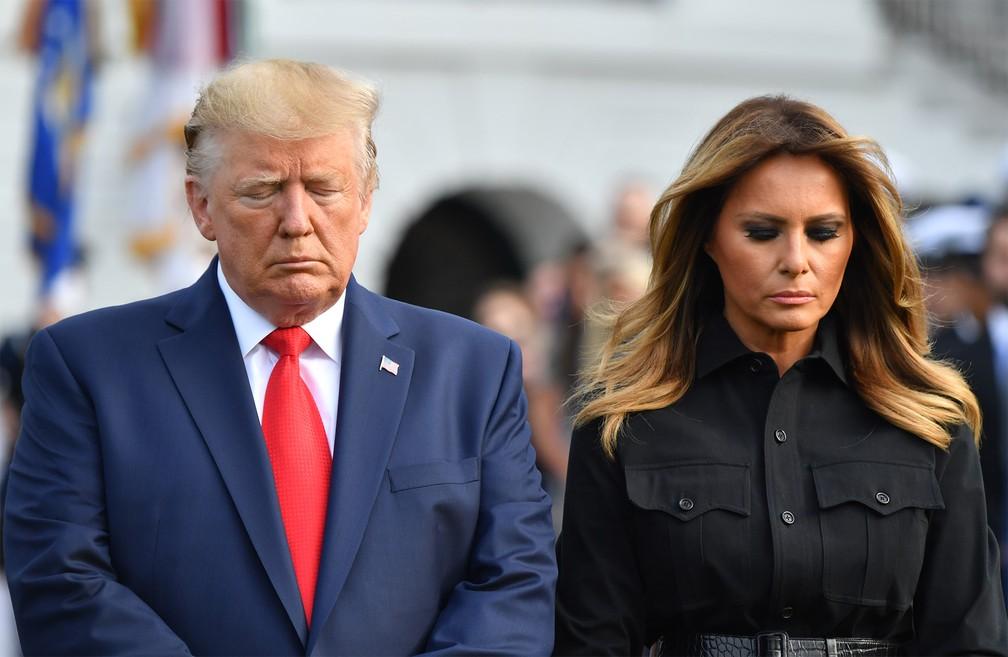 O presidente e a primeira-dama dos EUA, Donald e Melania Trump, participam de momento de silêncio em memória às vítimas dos atentados terroristas de 11 de Setembro, diante da Casa Branca em Washington, no dia que marca os 18 anos dos ataques — Foto: Nicholas Kamm/AFP