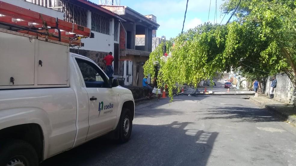 Moradores contam que caminhão passou por rua de Castelo Branco e derrubou fiação — Foto: Cid Vaz/TV Bahia