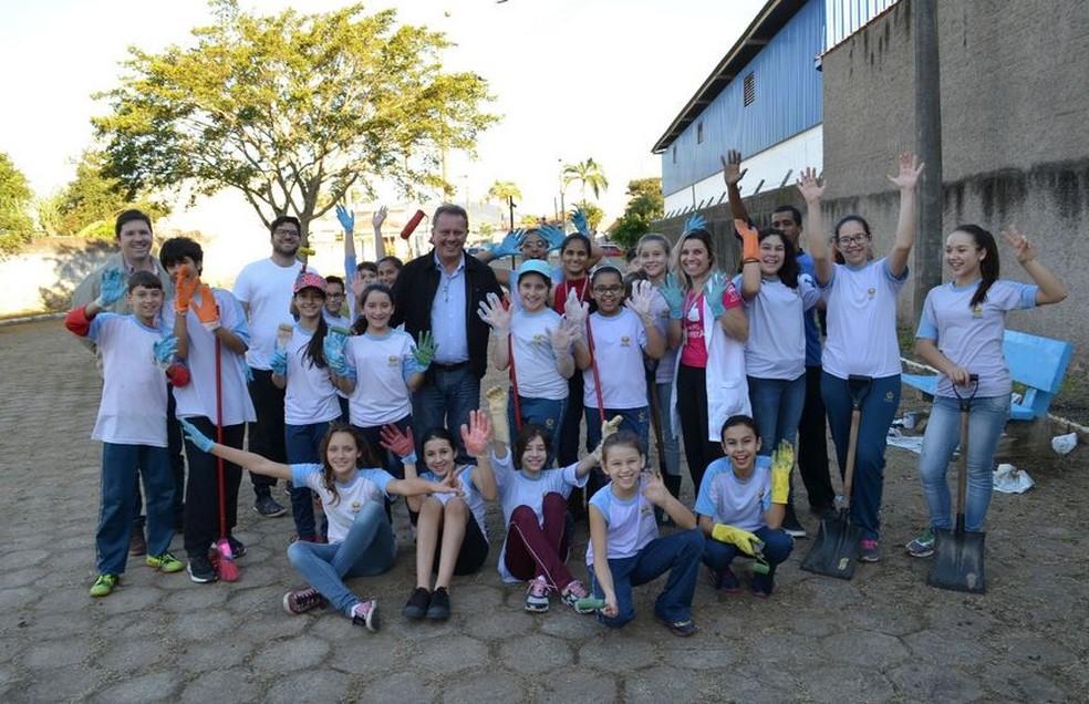 Alan com os colegas de escola após o trabalho na praça (Foto: Isabelle Zabot/Arquivo Pessoal )