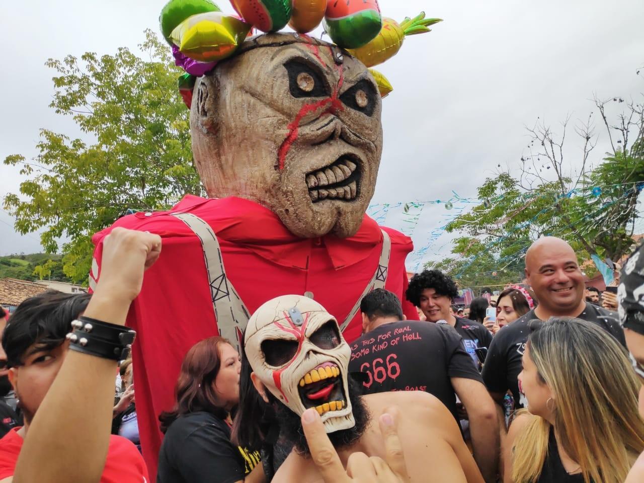 Com rock em ritmo de marchinha, 'Carnamaiden' atrai milhares de foliões em Paraibuna