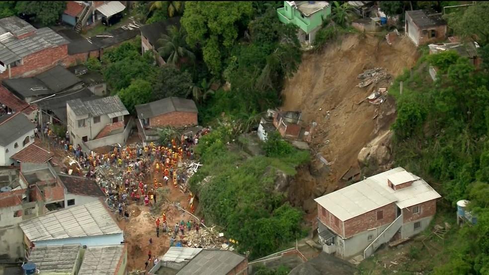 Imagem do desabamento no Morro da Esperança, em Niterói — Foto: Reprodução/TV Globo