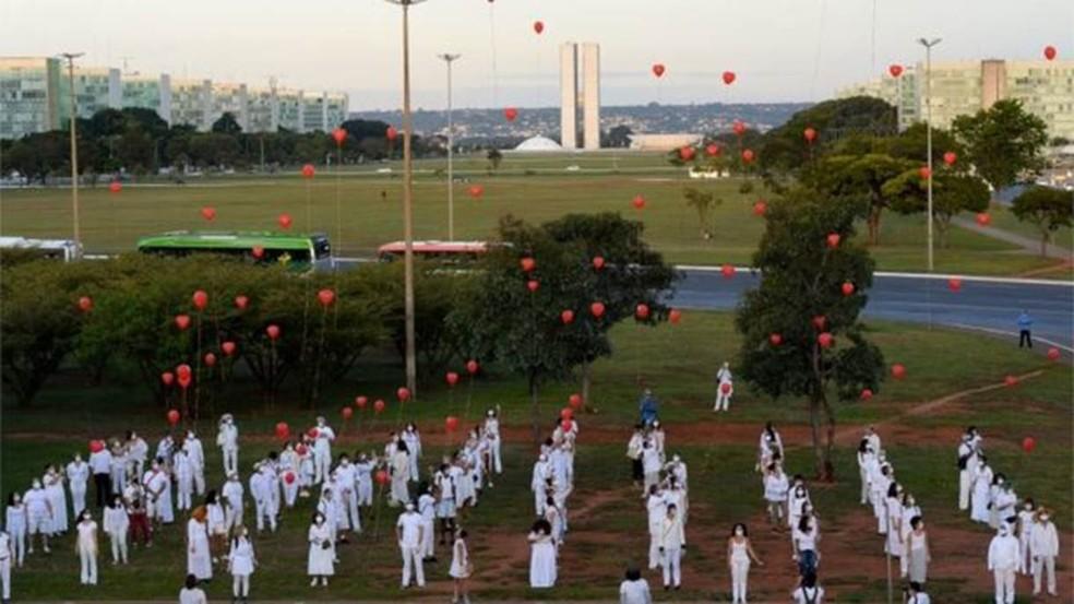 Homenagem em Brasília a vítimas da covid-19; mais de 31 mil pessoas já morreram no país — Foto: ANDRESSA ANHOLETE/GETTY IMAGES