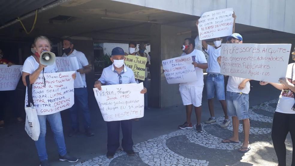 Participantes do ato protestaram contra retirada de fiteiros no entorno do Mercado de São José — Foto: Priscila Urpia/Divulgação