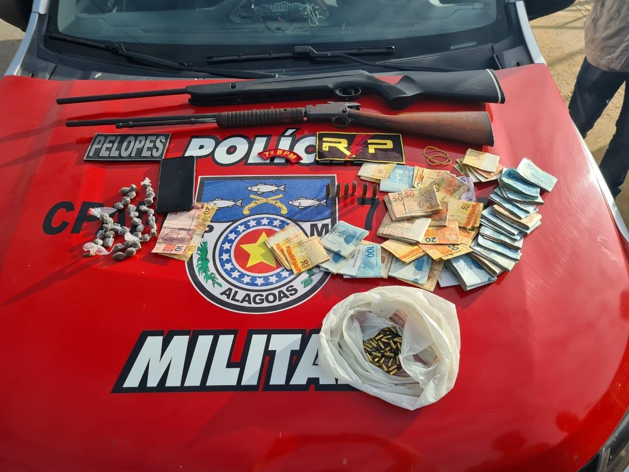 Operação em Major Izidoro prende dois homens e apreende R$ 29 mil, espingardas e maconha