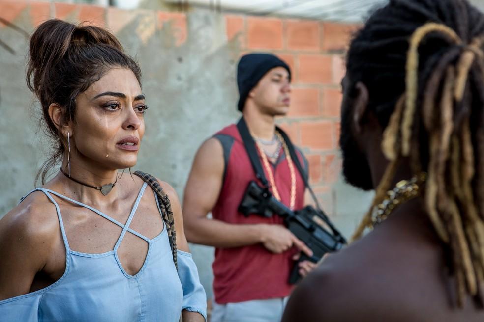Em 'A Força do Querer', Bibi (Juliana Paes) procura Sabiá (Jonathan Azevedo) para pedir proteção a Rubinho (Emilio Dantas) — Foto: Fábio Rocha/Gshow