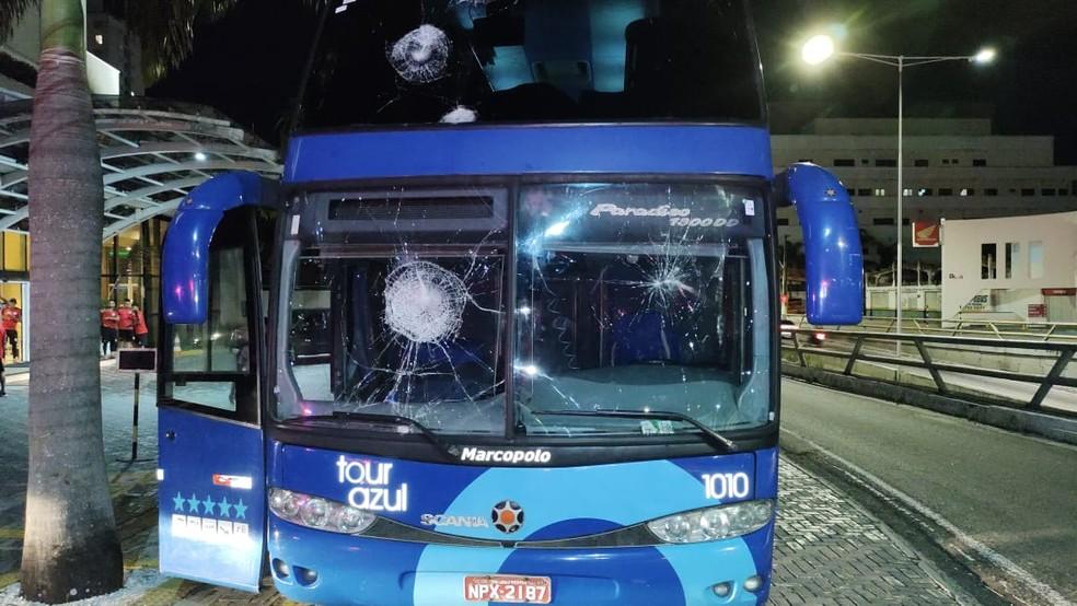 Ônibus em que os jogadores do Campinense viajaram foi apedrejado em frente ao hotel em Natal — Foto: Divulgação/PMRN
