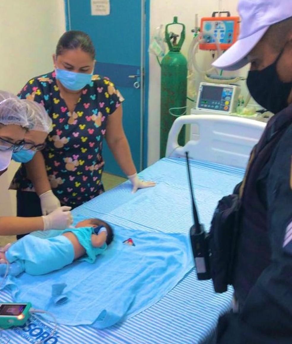 Heitor Cauê, de 23 dias, foi salvo por Policiais do DPRE que faziam patrulhamento de rotina  — Foto: Cedida / PM