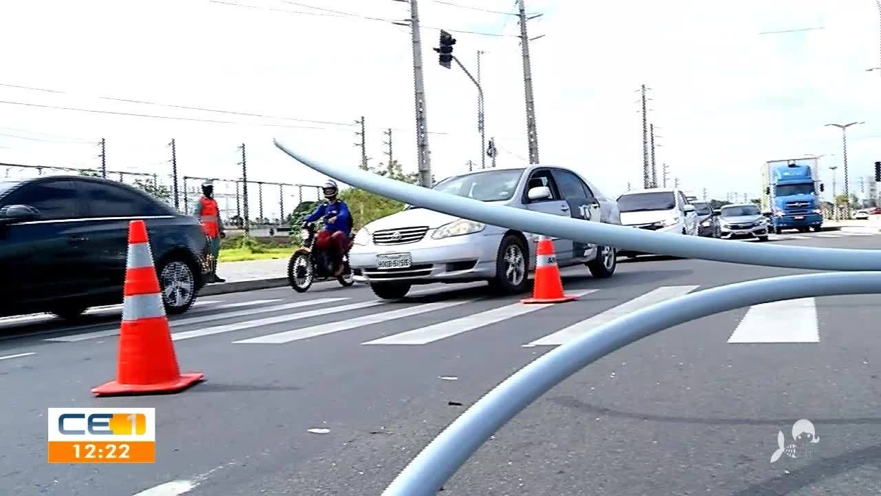 Poste cai na Avenida Alberto Craveiro, em Fortaleza