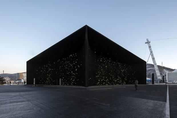 Pavilhão dos Jogos Olímpicos de Inverno de 2018, em Pyeongchang, na Coreia do Sul. Edifício desenhado pelo arquiteto britânico Asif Khan. (Foto: Luke Hayes/Hyundai)