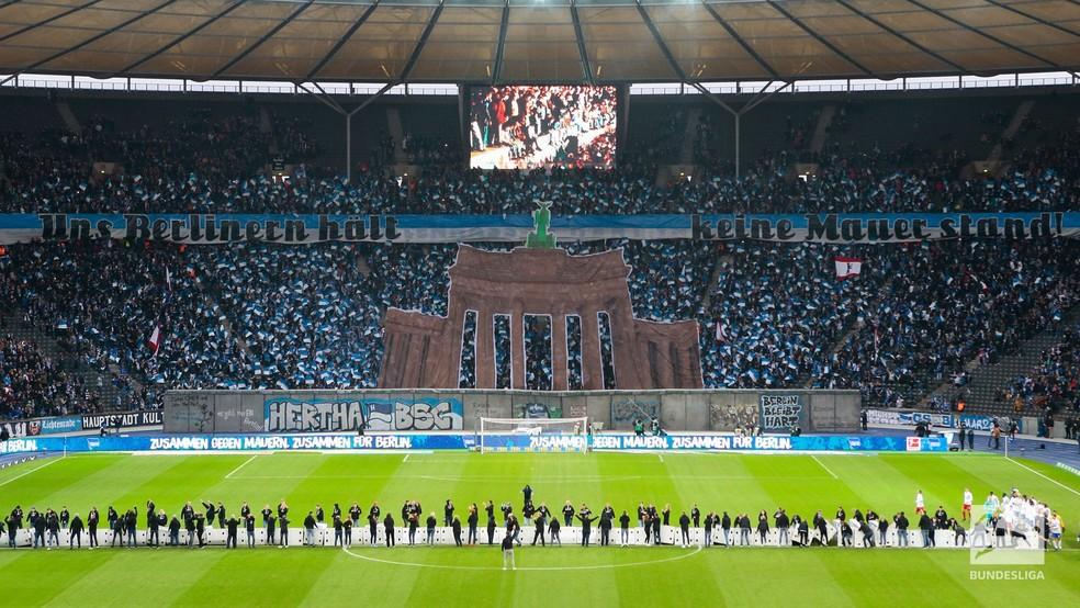 """Muro de Berlim é """"derrubado"""" dentro do gramado — Foto: Site oficial da Bundesliga"""