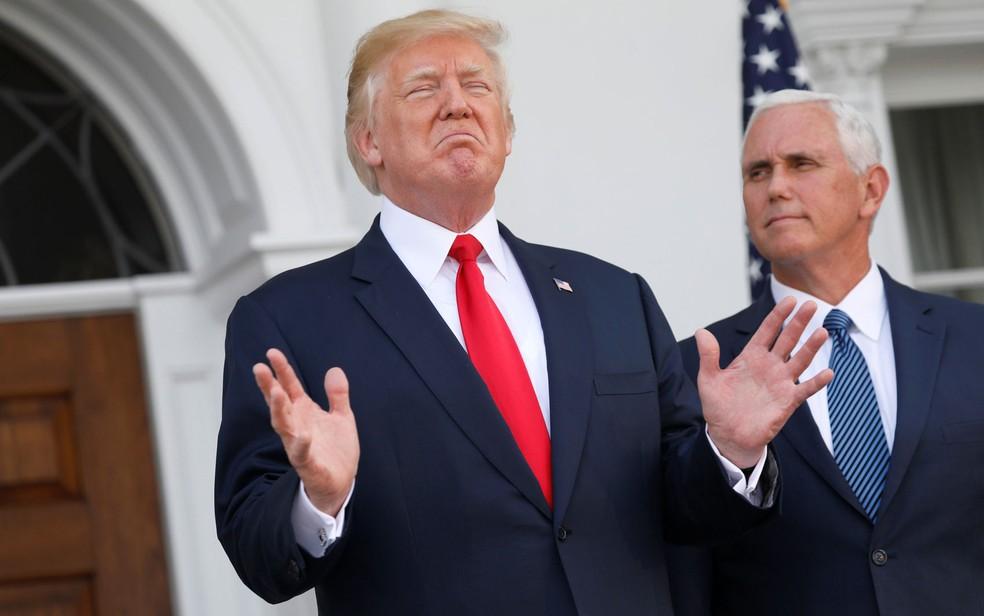 O presidente dos EUA, Donald Trump, fala sobre ameaças da Coreia do Norte a jornalistas ao lado de seu vice, Mike Pence, em Bedminster, New Jersey, na quinta (10) (Foto: Reuters/Jonathan Ernst)