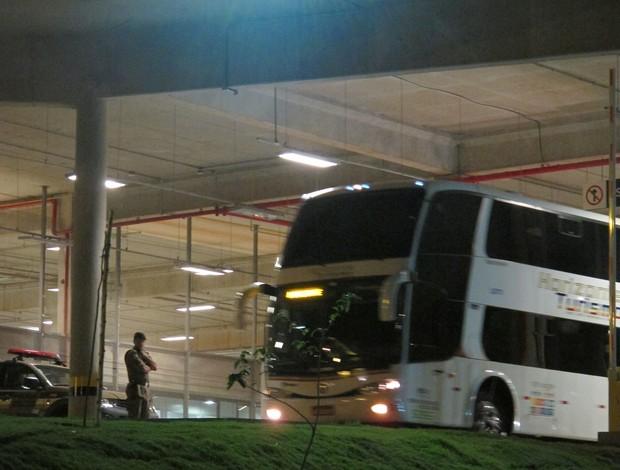 Ônibus Botafogo deixa Mineirão (Foto: Thales Soares)
