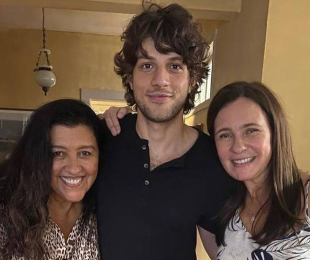 Adriana Esteves, Chay Suede e Adriana Esteves têm papéis de destaque em Amor de Mãe (Foto: Reprodução/Instagram)