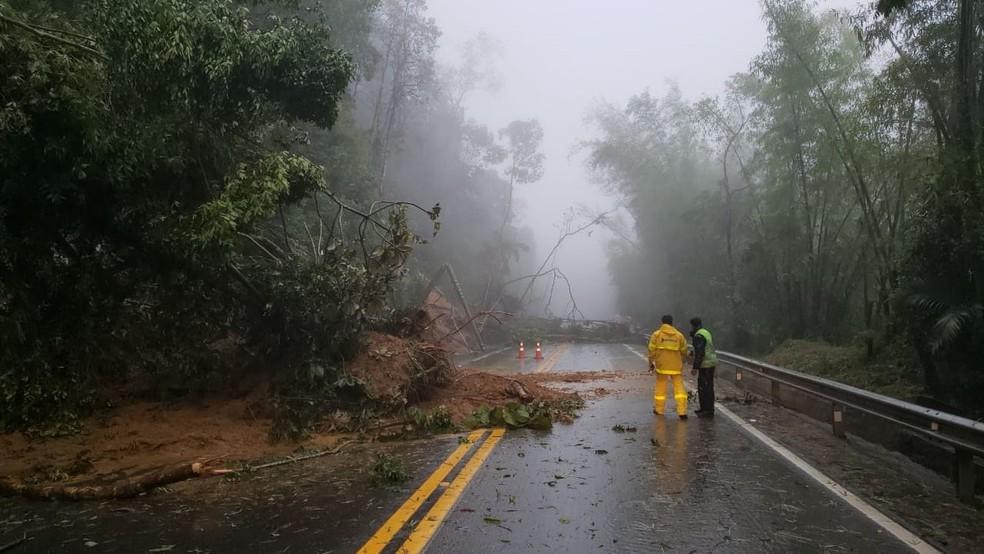 Rodovia dos Tamoios está interditada por causa da queda de barreiras — Foto: Divulgação/ Tamoios