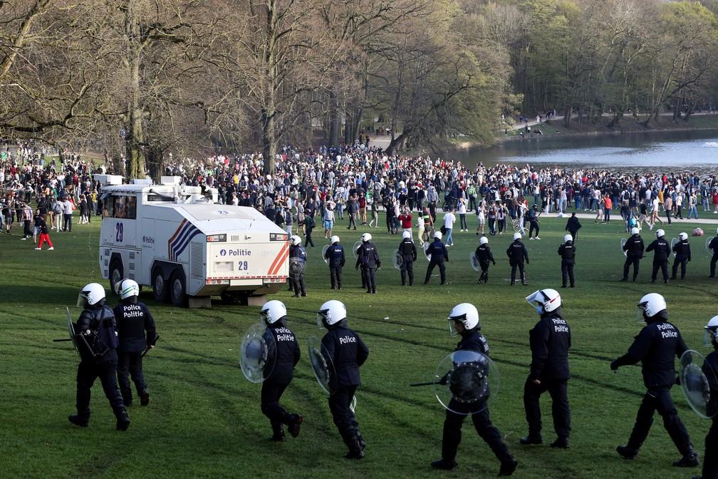 Polícia dispersa multidão que se aglomerou em parque de Bruxelas, na Bélgica, nesta quinta (1º) — Foto: François Walschaerts/AFP