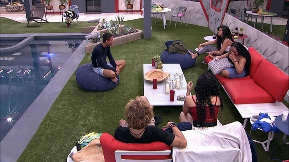 Brothers conversam sobre o próximo Paredão — Foto: Tv Globo