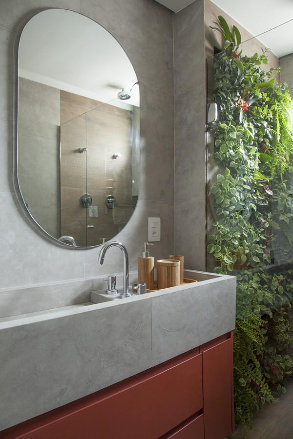 o banheiro ganhou marcenaria colorida e jardim vertical dentro do box