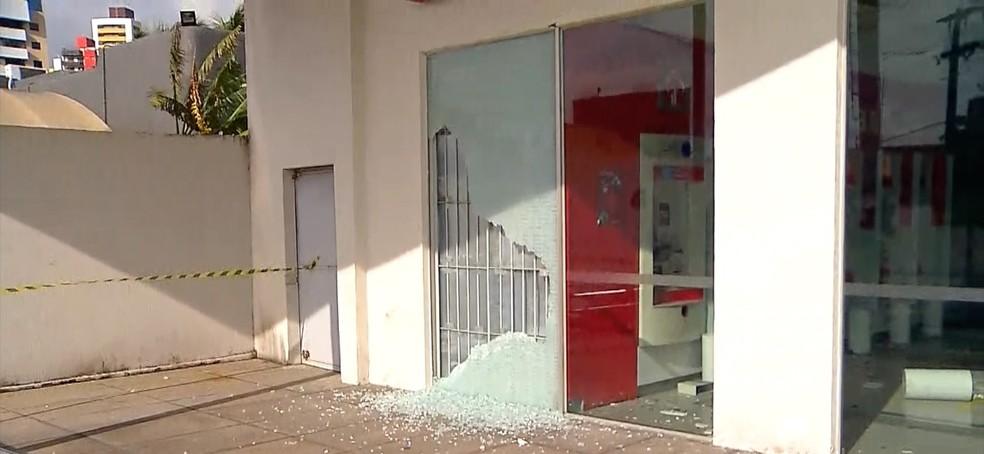 Porta da agência foi arrombada  — Foto: Reprodução Inter TV Cabugi.