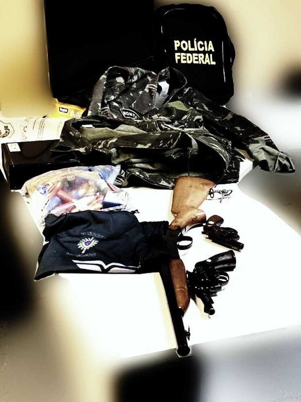 Três armas foram apreendidas com suspeito de fazer ameaças de morte — Foto: Polícia Federal/Divulgação