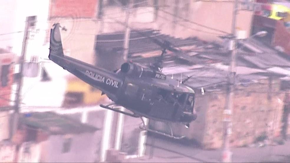 Helicóptero blindado sobrevoa a Cidade de Deus; na semana passada, bomba de efeito moral foi jogada em rua da comunidade — Foto: Reprodução/TV Globo