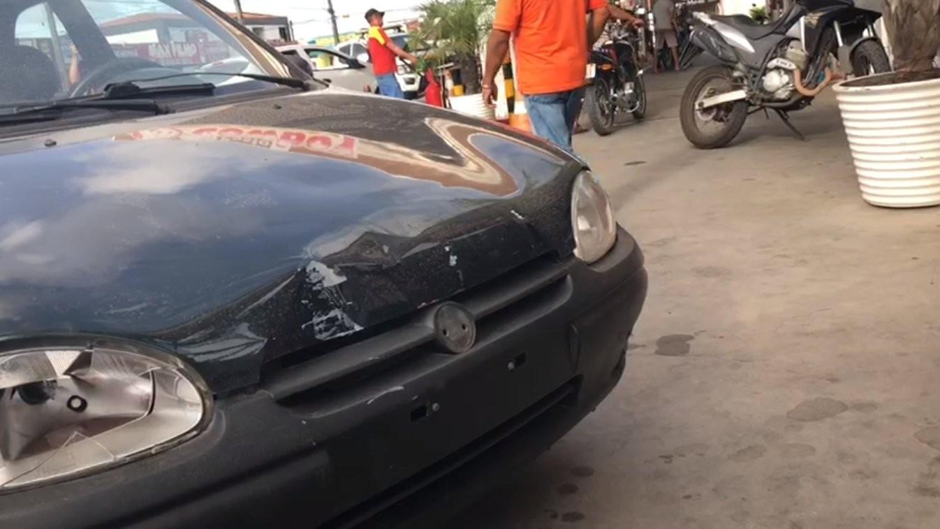 Homem com sinais de embriaguez é detido após colidir carro em posto de combustível, na PB