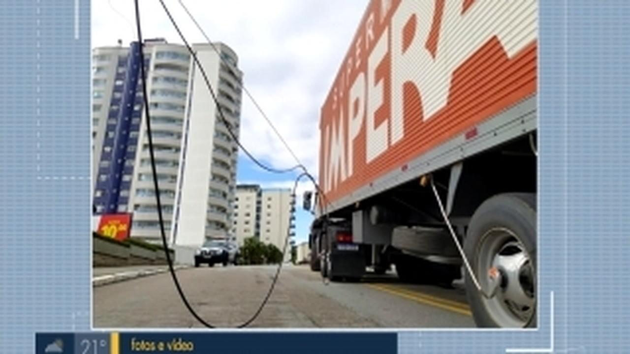 Rua é interditada em Florianópolis após queda de fios
