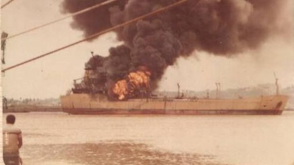 Navio-petroleiro pegou fogo na véspera do Dia das Mães de 1985 — Foto: Acervo Pessoal Leonardo Paiva