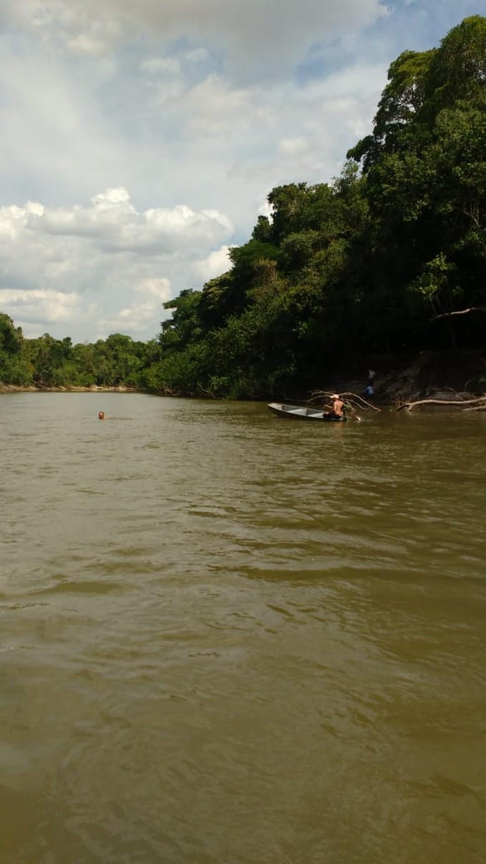 Pescador se ofereceu para encontrar as vítimas e usou o barco dele nas buscas (Foto: Polícia Militar de MT)