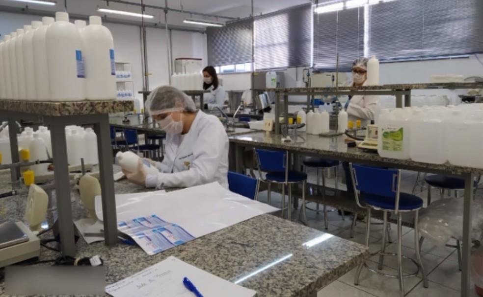 Laboratório da Universidade Federal de Alfenas, que produziu álcool em gel para o enfrentamento da pandemia do novo coronavírus em cidades de MG — Foto: Reprodução/EPTV