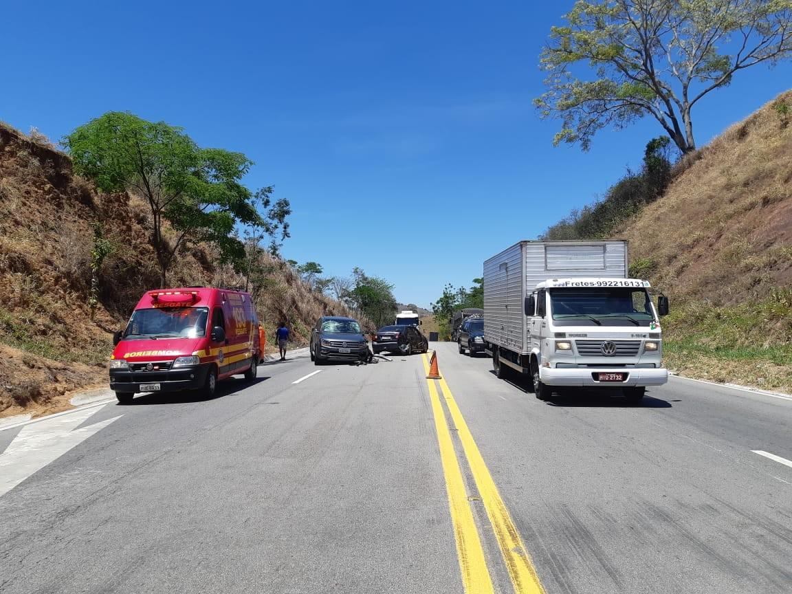 Carro colide contra caminhão e caminhonete na BR-116, em Teófilo Otoni - Notícias - Plantão Diário