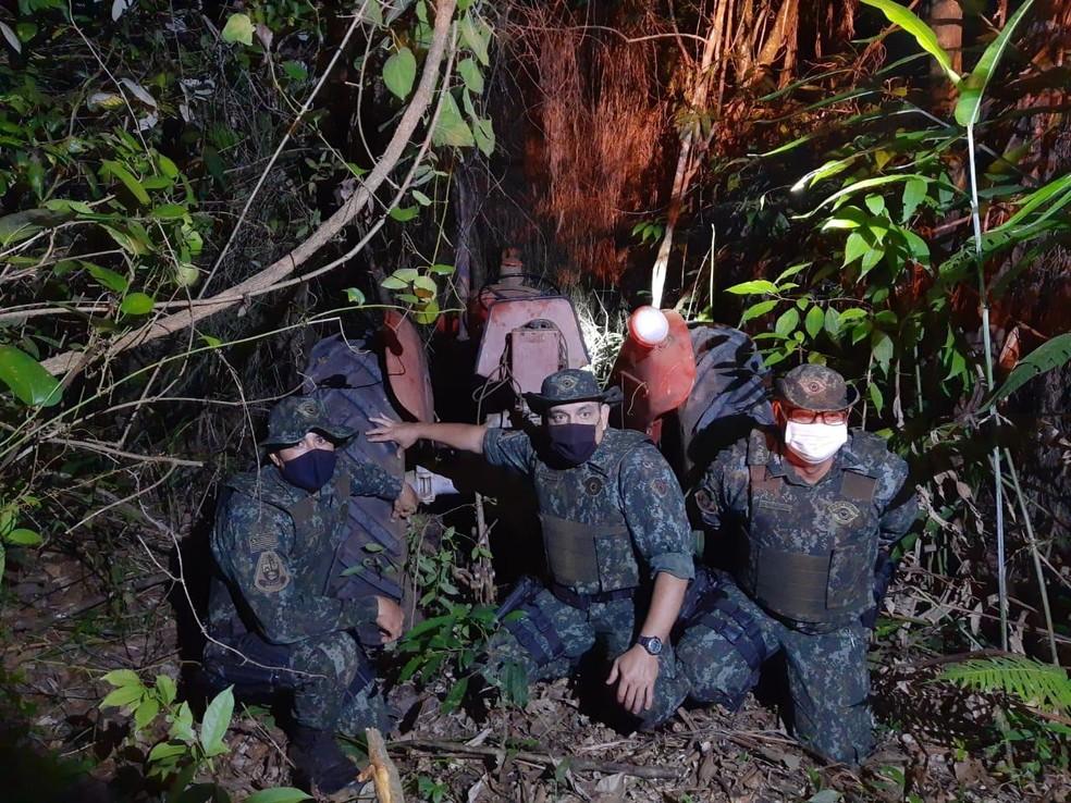 Trator roubado foi localizado pela Polícia Ambiental — Foto: Polícia Militar Ambiental/Divulgação