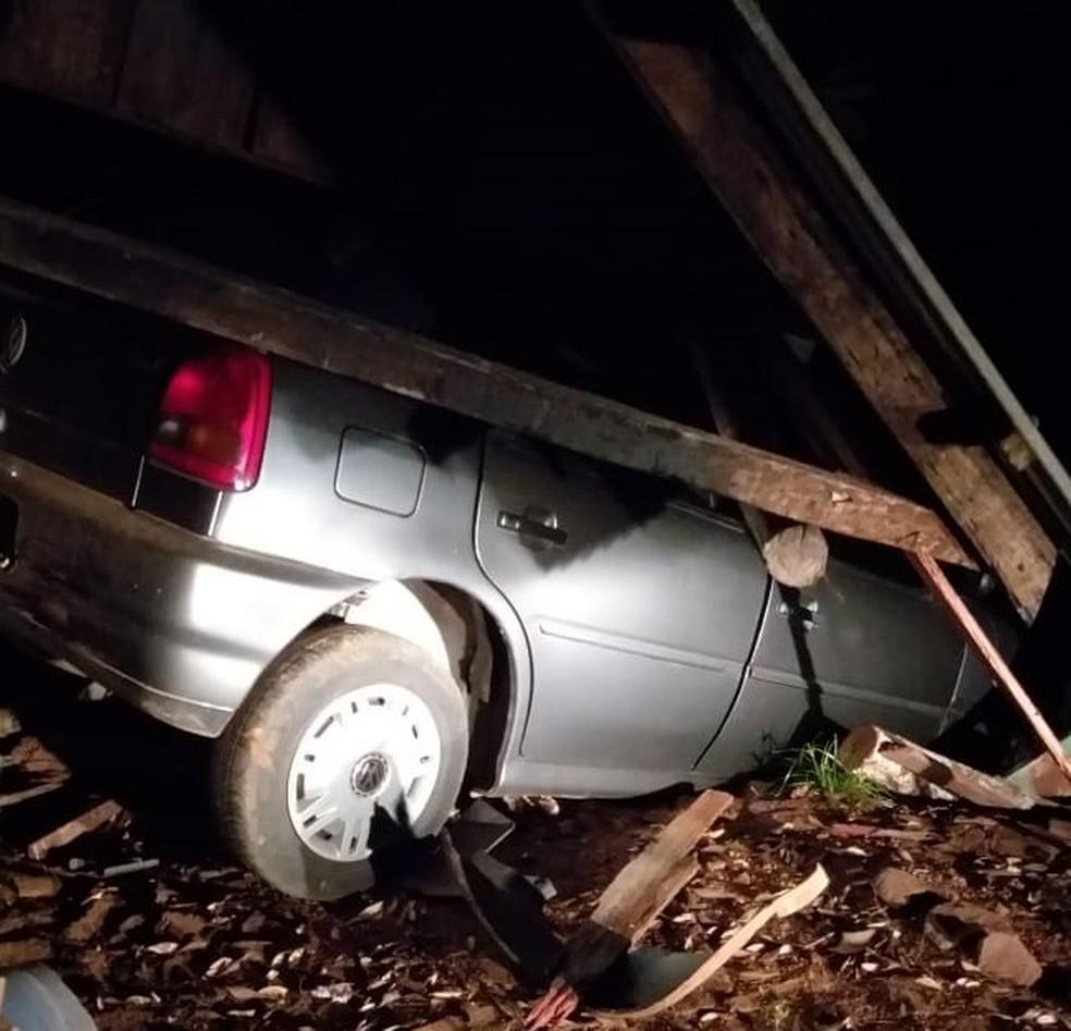 Carro atingiu galpão onde estavam duas crianças — Foto: Divulgação/Polícia Civil