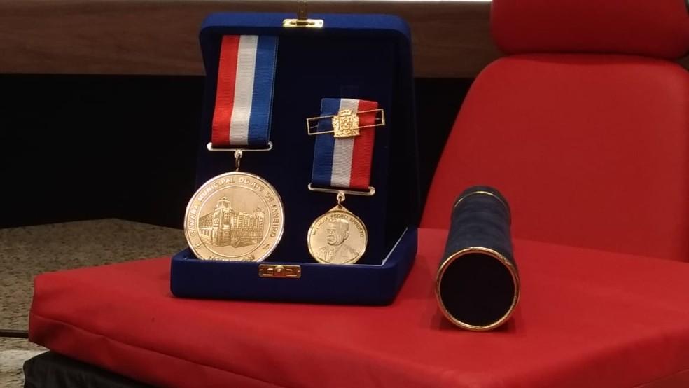 Medalha Pedro Ernesto, que foi concedida a Juan na manhã desta quarta-feira — Foto: Vicente Seda