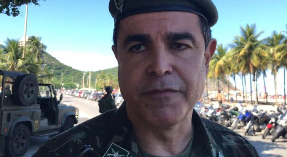 Coronel Carlos Cinelli conversou com jornalistas na tarde deste domingo (8) na orla do Leme, Zona Sul do Rio (Foto: Henrique Coelho/G1)